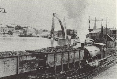 Henbury makes railway history hauling coal trains into Western Fuels depot in 1981