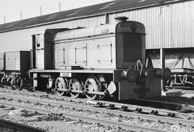 22/D.2002 'Arthur' at Avonmouth, June 1962. Note the three large hood hatches, and lack of side covers or bonnet 'whiskers', distinguishing this from the later models. (courtesy RailPhotoPrints)